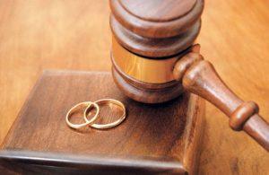 زن با چه شرایطی می تواند از دادگاه تقاضای طلاق کند؟